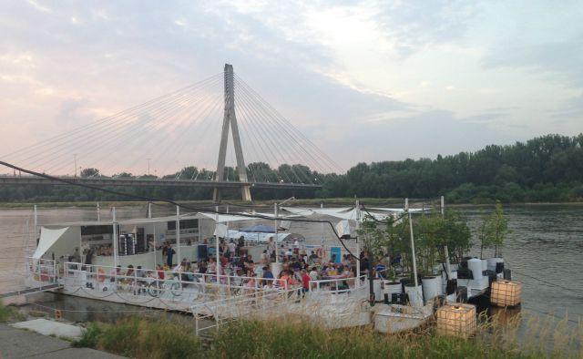 Warszawa Powisle, by the river, Metro Centrul Nauki Kopernik, river boat